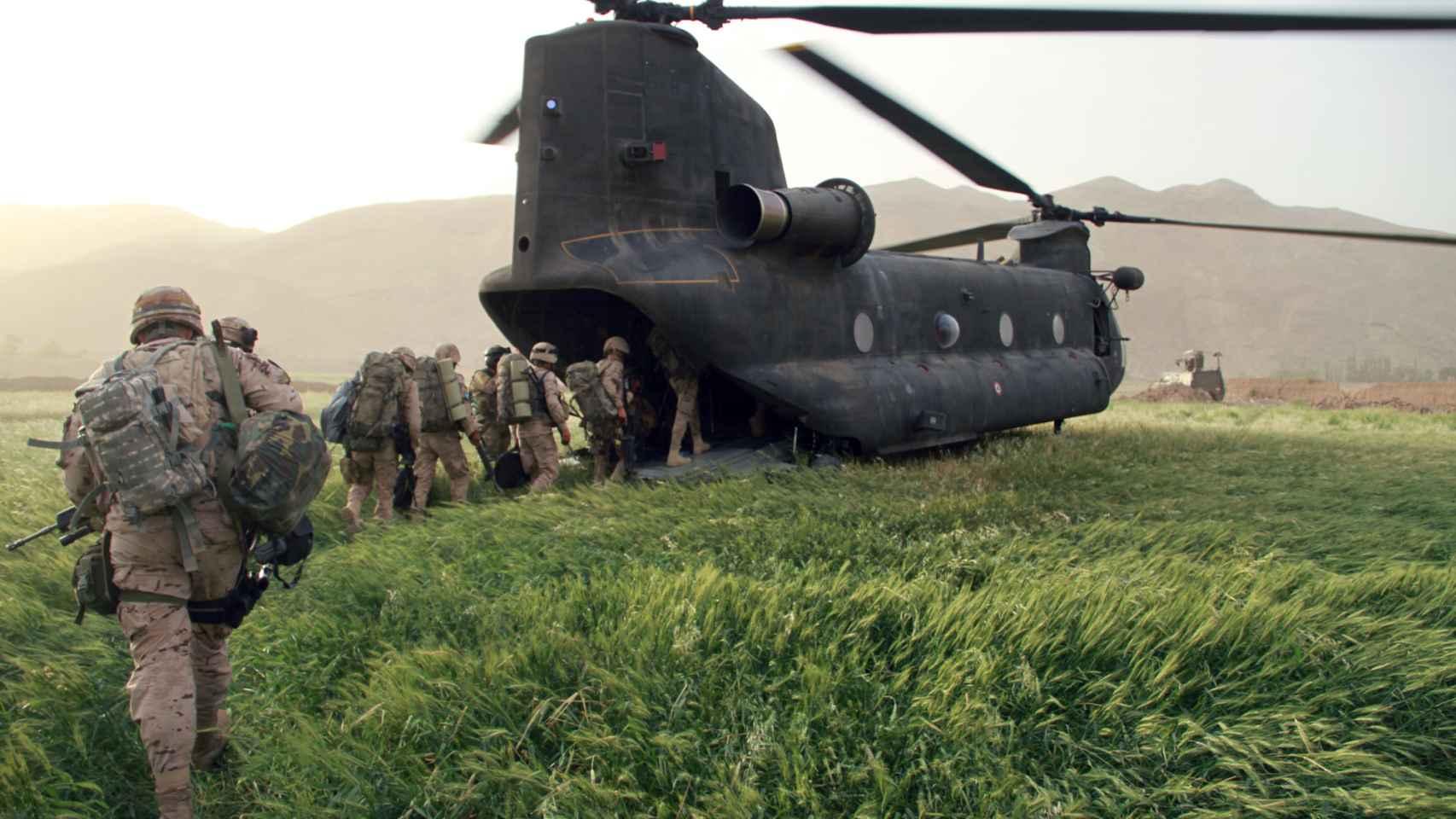 Efectivos españoles embarcan en un helicóptero en la base de Hernán Cortés, Afganistán.